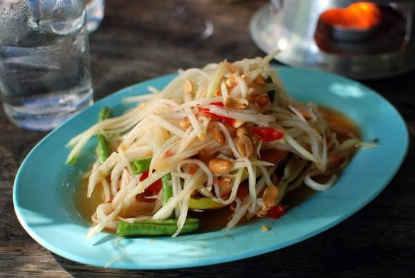 Tam Mak Houng (nộm đu đủ xanh): Đu đủ xanh được nạo thành sợ, trộn với ớt cay, cốt chanh, muối, nước mắm và đường. Bạn không nên bỏ qua món này, nhất là khi ở Luang Prabang. Ảnh: Siamtur.