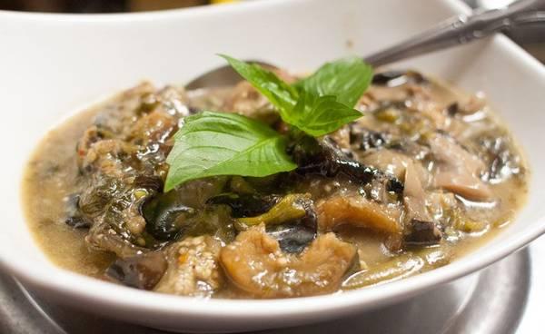 Or Lam (rau củ hầm): Món ăn độc đáo này có xuất xứ từ miền bắc Luang Prabang, được làm từ rau củ, cà tím, đậu, nấm đen và bí hầm nhừ, thêm ớt và rau mùi. Ảnh: Seriouseats.