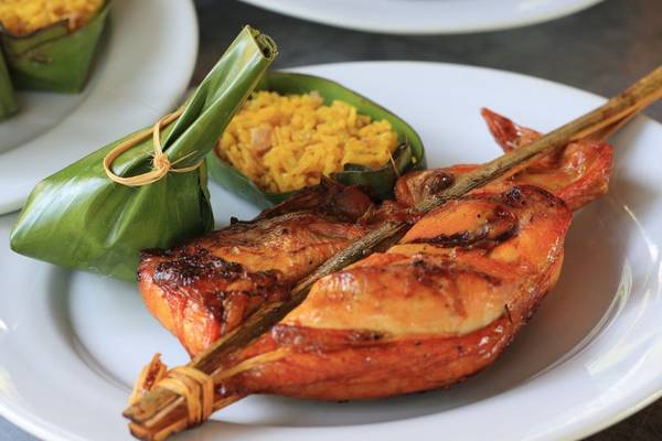 Ping Kai (gà nướng): Gà nguyên con được ướp tiêu đen, tỏi, rễ rau mùi, nước mắm và muối trước khi đem nướng chín trên than hoa. Miếng thịt gà chín mềm, đậm đà và thơm phức, hòa quyện với vị xôi nếp tạo ra một trải nghiệm ẩm thực tuyệt vời cho du khách. Ảnh: Laomate/Activeboard