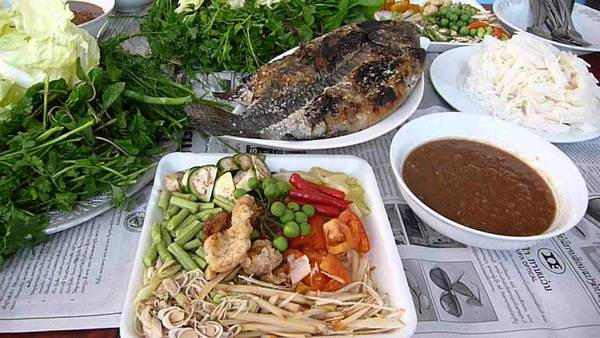 Pun Pa (cá cuốn): Cá được nướng chín giòn, cuộn cùng rau sống, mì gạo, lạc, dưa chuột, hành tươi..., một bữa trưa hoàn hảo cho các du khách khi tới Luang Prabang. Ảnh: Darly J/Youtube.