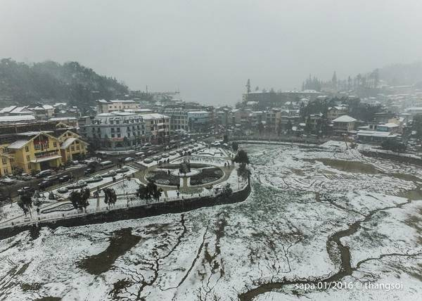 Thị trấn Sapa (Lào Cai) ngập sắc trắng chiều 24/1.