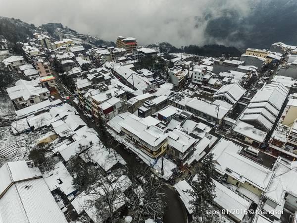 Lượng tuyết rơi dày và trong thời gian dài, toàn thị trấn Sapa bị nhuốm trắng. Nhiệt độ tại Sapa vào ngày 24/1 là -3,1 độ C.