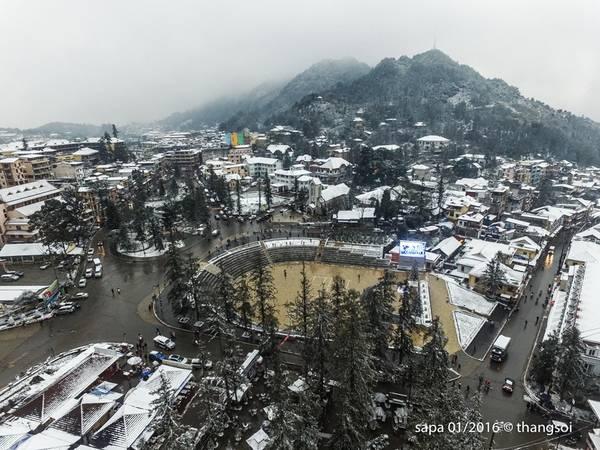 Khu vực trung tâm thị trấn trong ngày tuyết rơi.