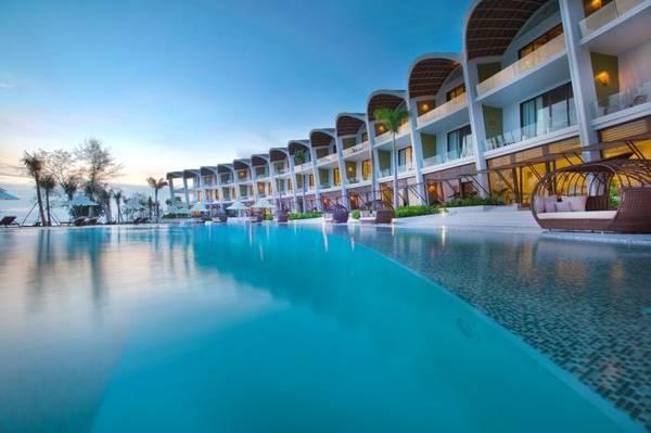 The Shell Resort & Spa mang thiết kế độc đáo mô phỏng hình ảnh những chú sò biển khổng lồ. Không những thế, resort còn sở hữu vị trí tuyệt vời với đầy đủ 5 yếu tố: núi, biển, rừng, hồ và gành đá.