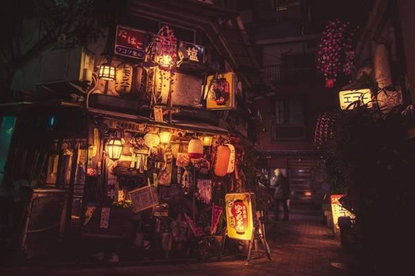 Những con phố khoác lên mình màu sắc cổ điển, xưa cũ.
