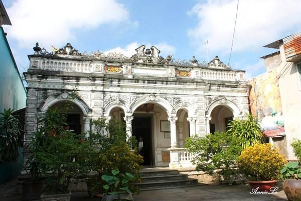 """Sẽ thiếu sót lớn nếu về Sa Đéc mà bạn chưa ghé thăm ngôi nhà được lấy cảm hứng cho một tác phẩm văn học. Ngôi nhà nằm trên đường Nguyễn Huệ, sát bờ sông Tiền. quanh năm đón gió sông mát rượi. Ngôi nhà được gia đình ông Huỳnh Cẩm Thuận, một gia đình gốc Hoa giàu có thời bấy giờ xây dựng vào năm 1895. Kiến trúc ngôi nhà là sự kết hợp độc đáo giữa văn hóa Trung Hoa, Việt Nam và Pháp. Nơi này vốn được gọi với cái tên """"Nhà cổ Huỳnh Thủy Lê"""". Nhưng cuốn tiểu thuyết """"Người tình"""" của nữ văn sĩ Pháp Marguerite Duras ra đời, viết về mối tình của chính bà với thiếu gia nhà họ Huỳnh, sau đó tác phẩm được chuyển thể thành phim, với nhiều cảnh quay được thực hiện tại chính ngôi nhà này. Du khách trong và ngoài nước tìm đến đây, với mong muốn được ngủ một đêm trong ngôi nhà của """"Người tình"""" đầy lãng mạn."""