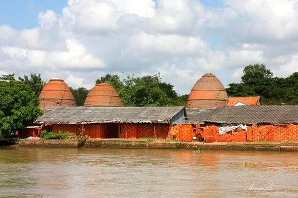 Từ Sa Đéc về Cao Lãnh, du khách sẽ có dịp thưởng ngoạn những lò gạch ven sông.
