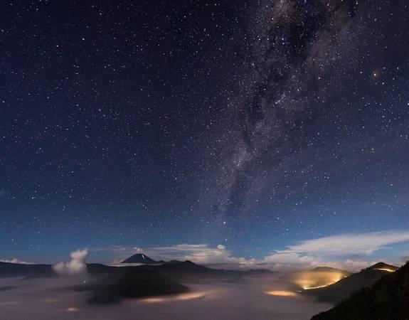 Không khí trong lành trên núi Bromo tạo điều kiện lý tưởng để König chụp lại hình ảnh dải ngân hà trên bầu trời đêm xanh thẳm.