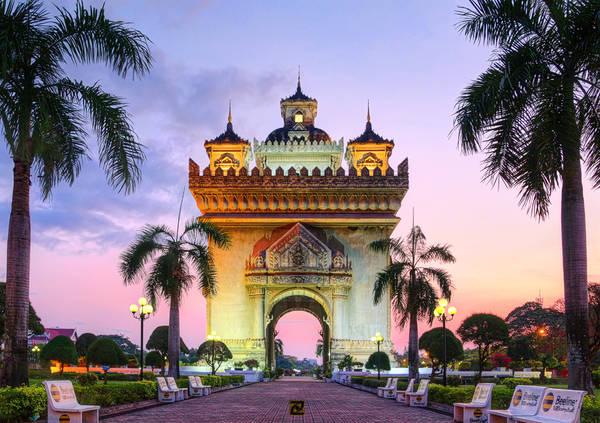Khải Hoàn Môn Patuxay: Hầu hết khách du lịch khi đến với thủ đô của đất nước Lào đều dành thời gian ghé thăm Patuxay, nơi được xem là biểu tượng của thành phố này. Patuxay (hay Patuxai) được người dân đất nước Triệu Voi ví như khải hoàn môn của thành phố. Công trình được xây dựng để vinh danh những chiến sĩ trong cuộc kháng chiến chống Pháp của nhân dân Lào. Ảnh: tlchua99