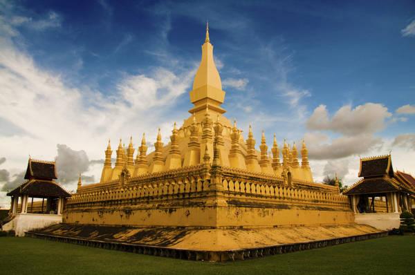 Pha That Luang: Pha That Luang là một trong số những công trình tôn giáo quan trọng nhất của Lào. Thời điểm đẹp nhất để tham quan Pha That Luang chính là hoàng hôn, khi những tia nắng cuối ngày chiếu lên các đỉnh tháp nhọn có màu vàng rực rỡ. Ảnh: Miguel M