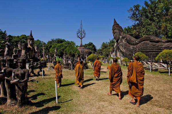 Vườn tượng Phật: Vườn tượng Phật nằm cách trung tâm Vientiane 27km về phía Đông Nam. Tại đây có hơn 200 bức tượng Phật giáo và các nhân vật trong Hindu giáo làm bằng bê tông, nổi bật với bức tượng Phật khổng lồ đang chống tay dài 40m. Ảnh: Javier Peleteiro