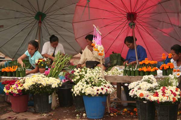 <strong>Chợ Talat Sao:</strong> Tọa lạc tại góc đường phía Đông giao giữa đường Lane Xang và Khu Vieng, khu vực chính ở thủ đô Vientiane, ngôi chợ này mở cửa từ 7h00 sáng đến 16h00 chiều. Đây là nơi quy tụ hàng hóa mang bản sắc Lào do đó bạn sẽ dễ dàng tìm mua được vài món đồ ưng ý về để làm quà cho người thân. Ảnh: Lacest20