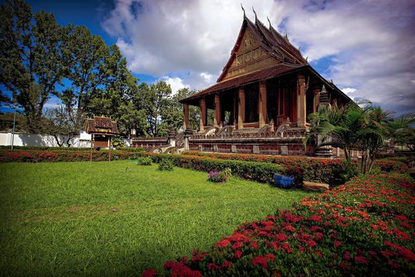 """Chùa Haw Phra Kaew: Tọa lạc trên đường Setthathirath, chùa Haw Phra Kaew được xây dựng lần đầu tiên vào năm 1565, đây không chỉ là nơi thờ Phật mà còn là một bảo tàng trưng bày nhiều tác phẩm nghệ thuật đạo giáo của Lào. Vào thăm chùa, bạn sẽ như lạc vào """"thế giới nghệ thuật"""" bởi những tác phẩm điêu khắc, chạm trổ và hiện vật quý hiếm đều dát bằng vàng, bạc, ngọc thạch lung linh sắc màu. Ảnh: Jeff Henig"""