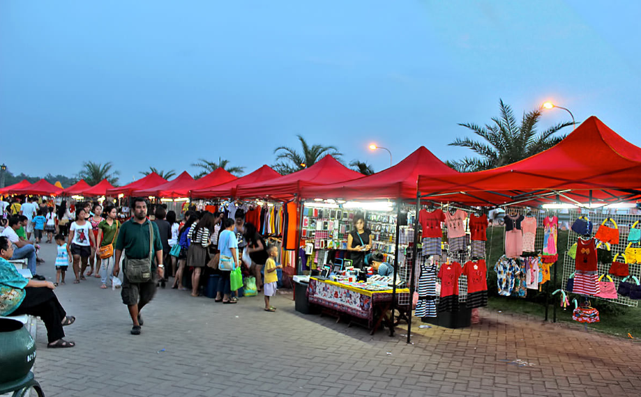 Chợ đêm Vientiane: Chợ nằm trong khuôn viên công viên Chao Anouvong, trên chiều dài khoảng 300m, một mặt giáp đường Rue Pangkham, mặt kia giáp sông Mekong. Hàng hóa bày bán trong chợ chủ yếu là quần áo, giày dép, túi xách, đồ ăn và các mặt hàng thủ công mỹ nghệ. Ảnh: visit-laos.com