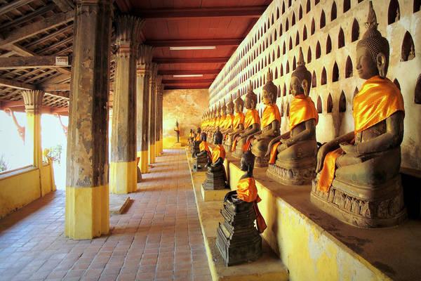 Chùa Wat Si Saket: Chùa tọa lạc trên đường Sethathirath, đoạn giao với đại lộ Lane Xang, Wat Si Saket là ngôi chùa được giữ nguyên bản từ khi xây dựng năm 1818 bởi vua Chao Anou theo kiến trúc Phật giáo Xiêm. Wat Sisaket gây ấn tượng bởi những hành lang với các bức tường được trang trí bằng hơn 2000 hình ảnh đức Phật bằng đồng, gỗ quý, gốm sứ, mạ vàng và bạc. Tổng số tượng Phật ở chùa lên đến 6.840 bức lớn nhỏ rất quý hiếm. Ảnh: Peter Hunziker