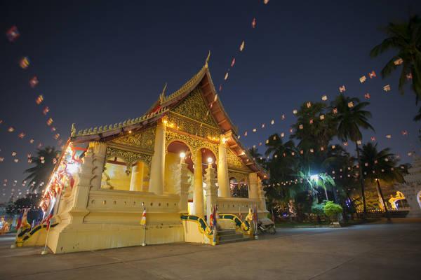 Wat Ong Teu Mahawihan: Cũng nằm trên đường Setthathilath, chùa Wat Ong Teu Mahawihan thu hút bởi bức tượng Phật bằng đồng lớn nhất Vientiane. Ngoài ra, trong khuôn viên chùa có trường Phật giáo Sangha, nơi các nhà sư từ khắp nước Lào thường xuyên về đây để học tập về đạo Phật. Ảnh: Phoonsab Thevongsa