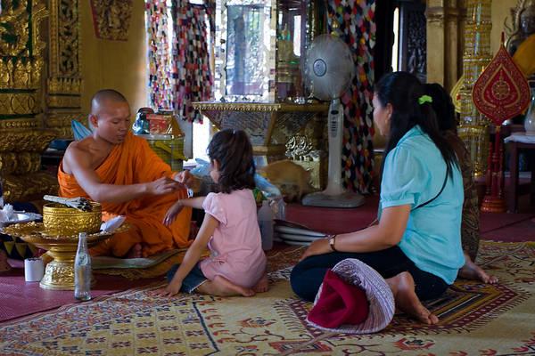 Chùa Wat Si Muang: Nằm ở giữa đường Setthathilath và Samsenthai, Wat Si Muang là ngôi chùa thể hiện rõ nhất sự kết hợp của đức tin Phật giáo và tín ngưỡng nguyên thủy của Lào. Nếu đến Vientiane, bạn có thể đến đây để làm lễ buộc chỉ cổ tay cầu may, theo phong tục truyền thống của Lào. Ảnh: flickr.com