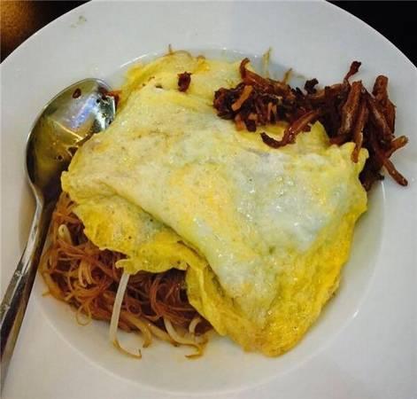 Đổi gió một chút với món bún gạo xào Singapore. Bún gạo được xào khá khéo, dai dai, không bị mềm nhũn, lại thơm phức ngay từ khi được dọn ra. Thêm một chút sa tế cay thật cay vào, dĩa bún xào chẳng mấy chốc mà sạch bong ngay thôi. (Ảnh: Internet)