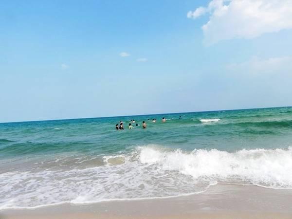 Suối Ồ hiện ra rộng ngút ngàn với những triền cát trắng xóa, với màu xanh của bầu trời. Ảnh: ST