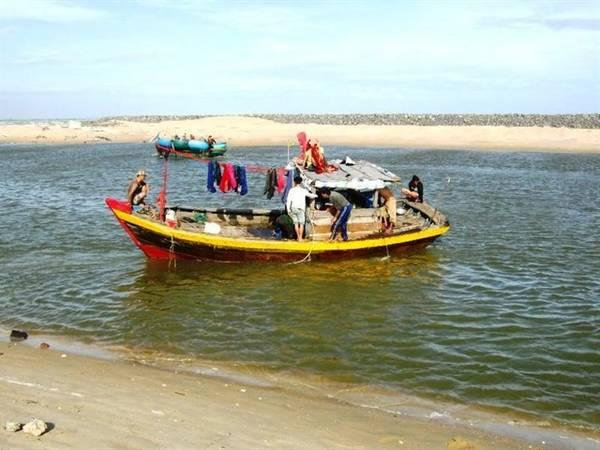 Nếu muốn khám phá cuộc sống làng chài, du khách có thể liên hệ với người dân địa phương để tham gia vào các hoạt động đánh cá. Ảnh: ST