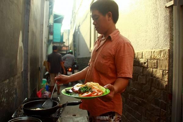 """Nhắc đến món ăn sáng phổ biến nhất ở thành phố này, không thể không kể đến cơm tấm. Người Sài Gòn chọn món này cho bữa sáng với quan niệm một khởi đầu """"chắc bụng"""" và đầy đủ dinh dưỡng cho cả ngày làm việc."""