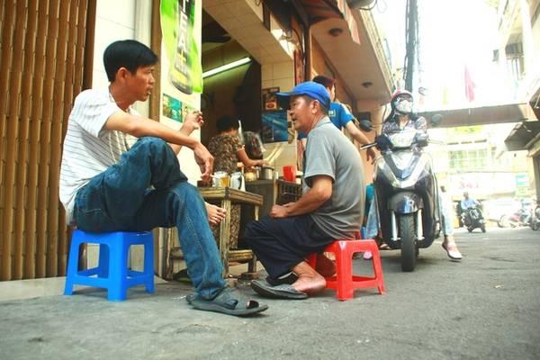 """Ông Hải, 50 tuổi, ở quận Phú Nhuận chia sẻ: """"Cái hay của những quán này là khách dù khác về địa vị xã hội nhưng khi ngồi vào cà phê hẻm là ai cũng như nhau"""". Kết thúc bữa ăn sáng, thư thả trò chuyện trước giờ làm việc bên ly cà phê vợt là cách khởi đầu ngày mới trọn vẹn."""