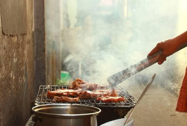 Cơm tấm ngon không chỉ đến từ sự hòa hợp giữa hạt cơm, miếng sườn, nước mắm... mà còn nhờ không gian ngồi ăn với khói thịt nướng tỏa thơm phức.