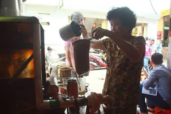 Kết thúc bữa sáng, bạn nên ghé con hẻm trên đường Phan Đình Phùng, quận Phú Nhuận để thưởng thức ly cà phê vợt, vốn chỉ còn rất ít người bán ở Sài Gòn. Cô Ba - chủ quán - kể rằng thời chưa có phin, người Hoa thường dùng vợt để chế cà phê. Theo cách này, cà phê nguyên chất được cho vào vợt và chế nước sôi liên tục để chắt ra những giọt đậm đà nhất.