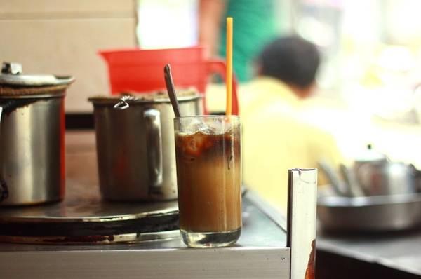 Đến quán, bạn có thể gọi một ly cà phê sữa hoặc đen, dùng nóng hay đá, sau đó chọn chỗ ngồi ngay trên con hẻm.