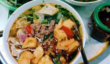 bun-rieu-va-chao-ech-chuan-vi-singapore-tren-pho-ly-thuong-kiet-ivivu-1