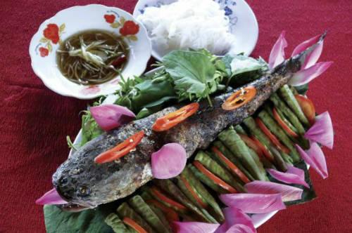 Cá lóc được cuốn kèm cùng lá sen non và bún, bạn có thể cảm nhận hồn quê xứ Đồng Tháp trong từng hương vị món ăn. Ảnh: DongThaptourist