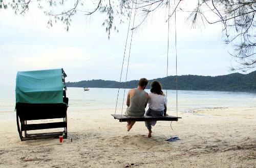 Ở trước mỗi khu nhà nghỉ ở Koh Rong Samloem đều có ghế, võng và xích đu ngồi ngắm biển.