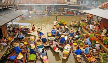 """Bên cạnh các trung tâm thương mại sầm uất, những khu chợ đêm với đầy đủ mặt hàng, nhu yếu phẩm, """"thiên đường mua sắm"""" Bangkok còn nổi tiếng với những khu chợ nổi, mà trong đó ấn tượng nhất phải nhắc đến chợ Damnoen Saduak. Ảnh: Bangkok.com"""