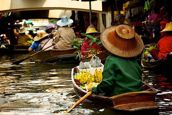 Con kênh tạo nên khu chợ nổi này được hình thành vào năm 1866 theo yêu cầu của nhà vua để thuận tiện cho việc di chuyến đến đây. Chợ nổi bắt đầu hoạt động từ năm 1967 và cho đến nay nơi đây luôn nghẹt đầy những khách du lịch đến từ khắp nơi trên thế giới. Ảnh: L F Ramos-Reyes