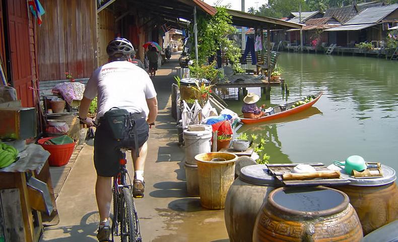 Bạn có thể ngồi thuyền đi dọc con sông hay đi hai bên bờ để ngắm nhìn cảnh nhộn nhịp dưới sông tùy theo ý thích của mình. Ảnh: Bangkok.com