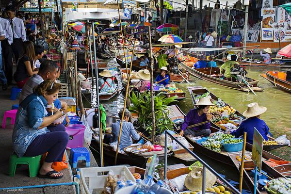 Damnoen Saduak là chợ nổi không họp trên sông mà họp trên các kênh rạch chằng chịt thuộc huyện cùng tên, tỉnh Ratchaburi cách Bangkok 105 km về phía Tây Nam. Đây được xem là ngôi chợ khá sầm uất và đa dạng hàng hóa. Chợ là địa điểm thu hút khách du lịch và là nơi du khách có thể mua hàng lưu niệm cũng như khám phá nét đẹp của cuộc sống người dân Thái trên kênh rạch rõ nét nhất. Ảnh: Juan Jose Rentero