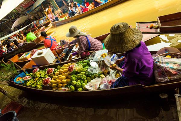Chợ nổi Damnoen Saduak nằm men theo những con kênh đào rộng chừng 10m, đổ ra sông cái. Người mua, kẻ bán đều di chuyển bằng ghe chèo tay chậm rãi, trên ghe đầy ắp những gia vị, trái cây, rau quả, thịt cá… Được chú ý nhất là những cụ già gương mặt hằn nếp nhăn, đội chiếc nón truyền thống cũ kỹ làm bằng lá thốt nốt. Ảnh: Wajahat Mahmood