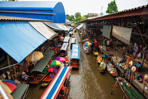 Ưu tiên hàng đầu của chợ nổi Damnoen Saduak là phục vụ khách du lịch, việc buôn bán của người dân chủ yếu diễn ra từ 6h với những nông sản và các vật phẩm thiết yếu hàng ngày. Ảnh: CamelKW