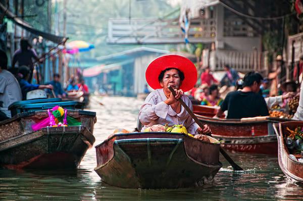 Với những ai yêu mến đất nước và con người Thái Lan đều hiểu rõ ẩm thực đóng vai trò rất quan trọng trong nền văn hóa Thái Lan. Khi tham quan chợ nổi, bạn sẽ thấy rất nhiều hàng quán di động được bày bán ở đây từ sọt trái cây tươi rói, những món ăn truyền thống như som tam, pad thai, thịt gà nướng cho đến những món ăn ngon miệng khác như một que kem mát lạnh của phương Tây. Ảnh: Grant Cameron
