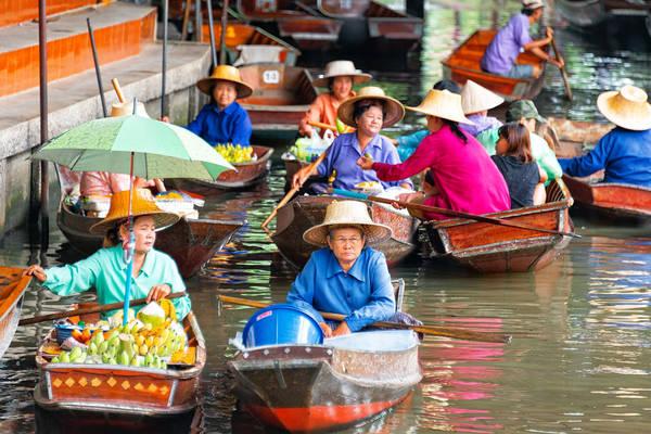 Những con thuyền nhỏ và thuôn dài ăm ắp hàng hóa cùng ghe du lịch ngược xuôi khiến con kênh gần như tắc nghẽn. Người ta có thể mua đủ thứ hàng hóa từ trên bờ và phía dưới thuyền chỉ bằng một cái sào đưa lên nhận tiền và chuyển thứ hàng cần mua cho khách. Ảnh: CamelKW