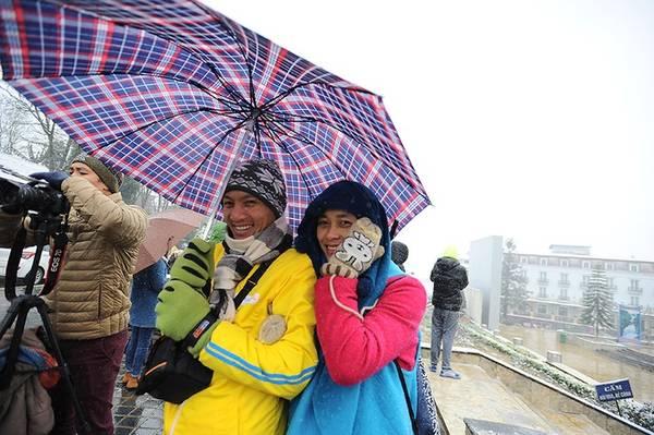 Hiện tượng tuyết rơi được dự báo từ trước nên cuối tuần qua rất đông du khách đã đổ về Sapa(Lào Cai). Phòng Văn hóa huyện Sapacho biết hơn 10.000 lượt khách đổ về thị trấn chỉ trong ngày chủ nhật.