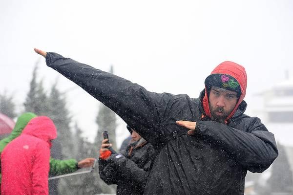 Không chỉ người Việt mà du khách nước ngoài cũng thích chụp ảnh với tuyết. Theo cơ quan khí tượng thủy văn dự báo, tuyết vẫn có thể tiếp tục rơi trong 1-2 ngày tới.