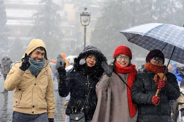 Khách đến ngắm tuyết chủ yếu là các bạn trẻ. Ai nấy đều tỏ rõ sự thích thú khi lần đầu tiên được ngắm và chạm tay vào những bông tuyết.