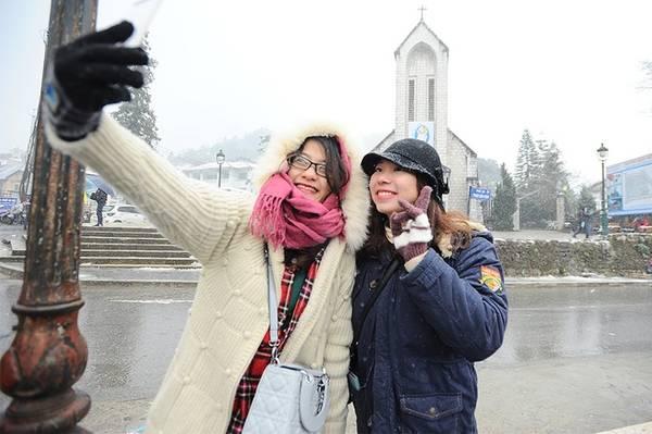 Trong khung cảnh ngập tràn tuyết trắng, các du khách phấn khích tạo dáng để chụp ảnh lưu niệm. Nơi được nhiều bạn trẻ lựa chọn chụp nhất là khu vực nhà thờ đá.