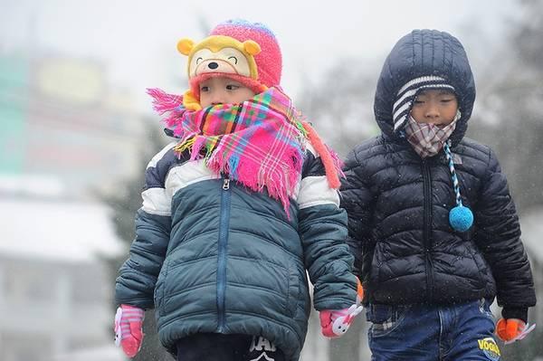 Nhiều em bé cũng được gia đình đưa đi chơi Sa Pa dịp này và nhiệt tình pose hình cùng người lớn.