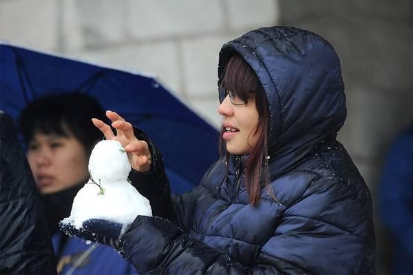 Lượng tuyết rơi nhiều và dày tạo điều kiện cho du khách nặn người tuyết.