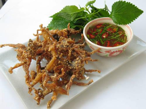 Bản thân thịt nhái đã thơm ngon như thịt gà đồng nên chẳng cần cầu kỳ trong chế biến hay tẩm ướp vẫn cho ra những món ngon xếp vào hàng đặc sản. Ảnh: Trần Ka