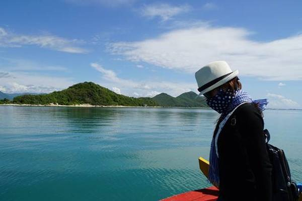 Bạn có thể ngồi tàu để di chuyển ra đảo Điệp Sơn. Ảnh: Phan Lộc