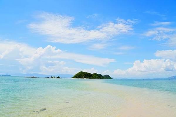 Nằm dưới mặt nước biển gần nửa mét, con đường nối hai hòn đảo trong nhóm Điệp Sơn, tỉnh Khánh Hòa được xem là đường bộ trên biển độc đáo nhất ở Việt Nam.