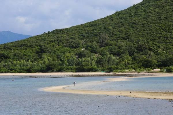 Khung cảnh xinh đẹp của hòn đảo từ từ hiện ra. Ảnh: Quỷ Cốc Tử